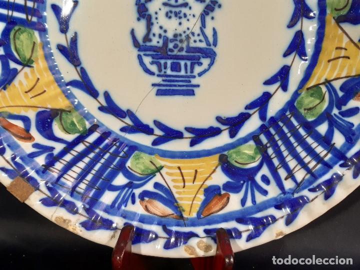 Antigüedades: Plato, fuente de cerámica policromada. Manises. Siglo XIX. Lañado y pérdida de material.Las - Foto 3 - 195362135