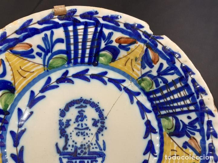 Antigüedades: Plato, fuente de cerámica policromada. Manises. Siglo XIX. Lañado y pérdida de material.Las - Foto 4 - 195362135