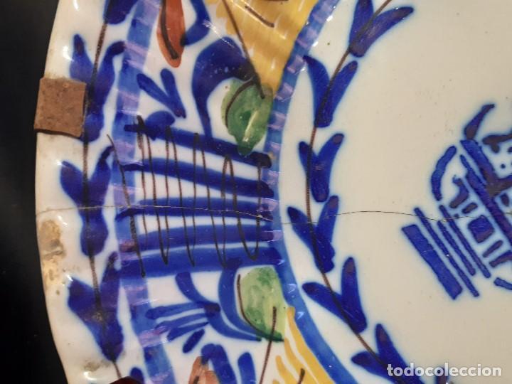 Antigüedades: Plato, fuente de cerámica policromada. Manises. Siglo XIX. Lañado y pérdida de material.Las - Foto 5 - 195362135