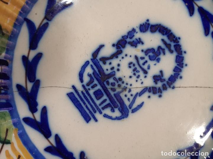 Antigüedades: Plato, fuente de cerámica policromada. Manises. Siglo XIX. Lañado y pérdida de material.Las - Foto 6 - 195362135