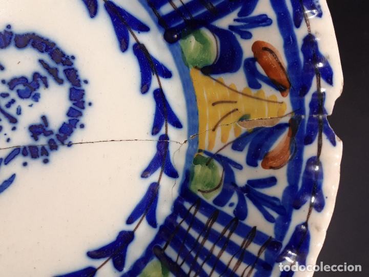 Antigüedades: Plato, fuente de cerámica policromada. Manises. Siglo XIX. Lañado y pérdida de material.Las - Foto 7 - 195362135