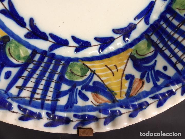 Antigüedades: Plato, fuente de cerámica policromada. Manises. Siglo XIX. Lañado y pérdida de material.Las - Foto 8 - 195362135