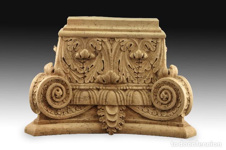 Antigüedades: Capitel clasicista. Alabastro moldeado (composición de resinas y gel de sílice). Siglo XX. - Foto 2 - 195368306