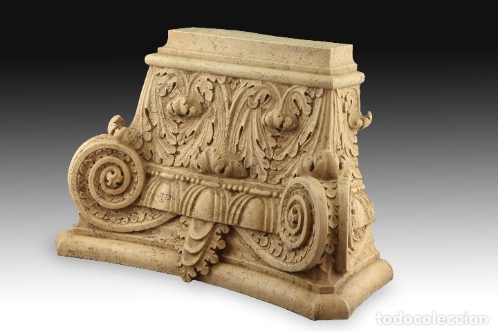 Antigüedades: Capitel clasicista. Alabastro moldeado (composición de resinas y gel de sílice). Siglo XX. - Foto 3 - 195368306