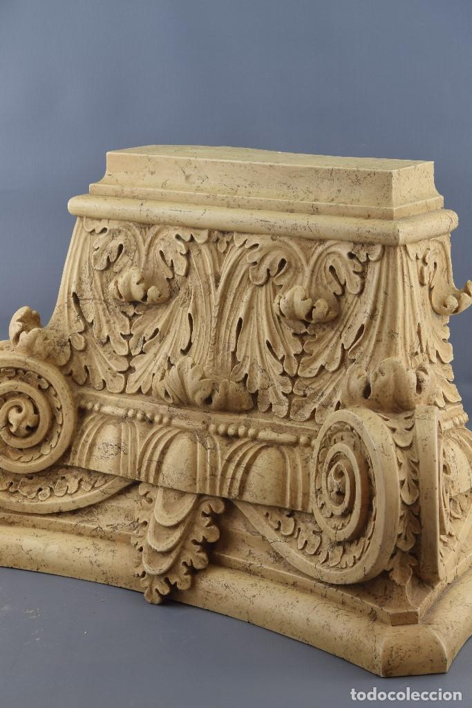 Antigüedades: Capitel clasicista. Alabastro moldeado (composición de resinas y gel de sílice). Siglo XX. - Foto 4 - 195368306