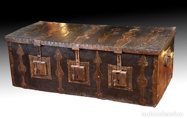 ARCON DE TRES CERRADURAS. MADERA, CUERO, HIERRO FORJADO. HACIA 1600. (Antigüedades - Muebles Antiguos - Baúles Antiguos)