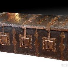 Antigüedades: ARCON DE TRES CERRADURAS. MADERA, CUERO, HIERRO FORJADO. HACIA 1600.. Lote 195369486