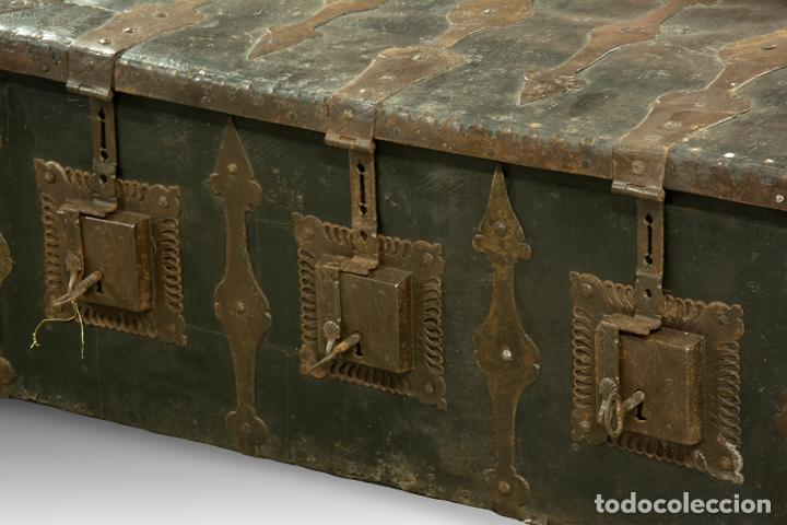 Antigüedades: Arcon de tres cerraduras. Madera, cuero, hierro forjado. Hacia 1600. - Foto 5 - 195369486