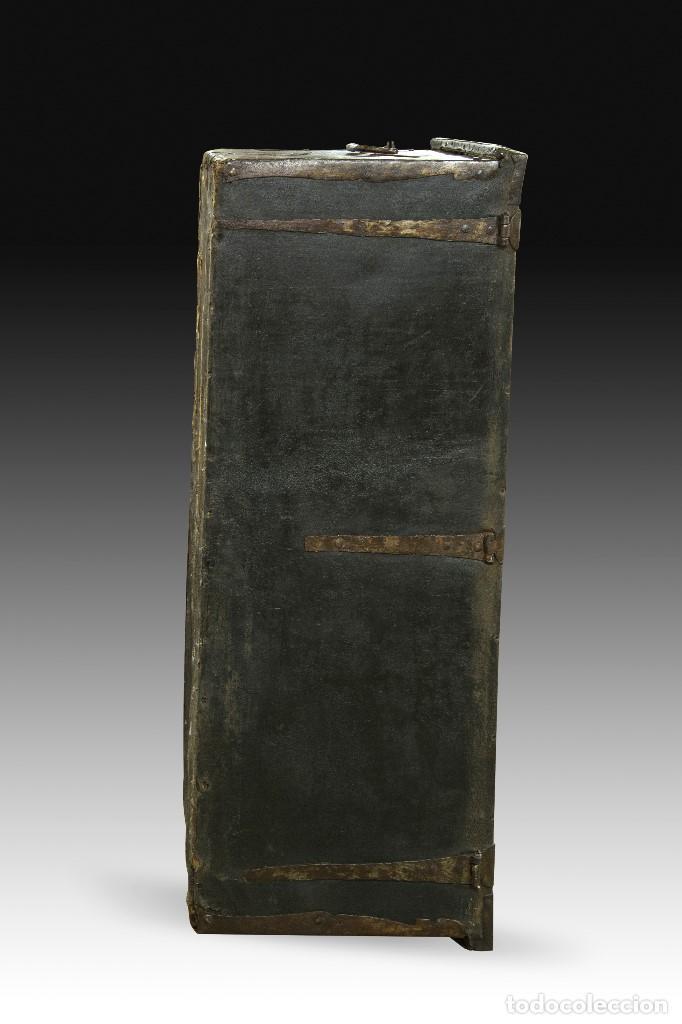Antigüedades: Arcon de tres cerraduras. Madera, cuero, hierro forjado. Hacia 1600. - Foto 7 - 195369486