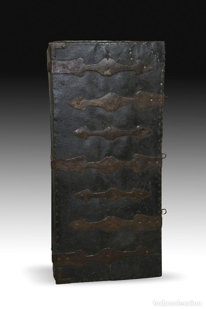 Antigüedades: Arcon de tres cerraduras. Madera, cuero, hierro forjado. Hacia 1600. - Foto 8 - 195369486