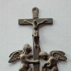 Antigüedades: BENDITERA DE BRONCE CON ANGELES.. Lote 195369837