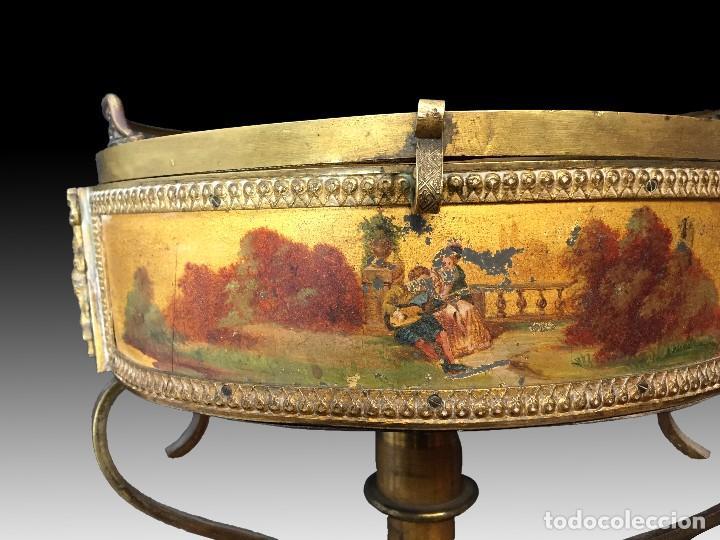 Antigüedades: Gueridón vitrina. Bronce policromado y sobredorado, Francia, época Napoleón III, siglo XIX. - Foto 2 - 195370835