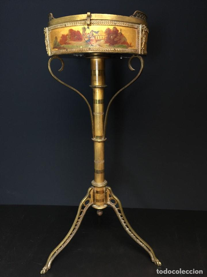 Antigüedades: Gueridón vitrina. Bronce policromado y sobredorado, Francia, época Napoleón III, siglo XIX. - Foto 3 - 195370835