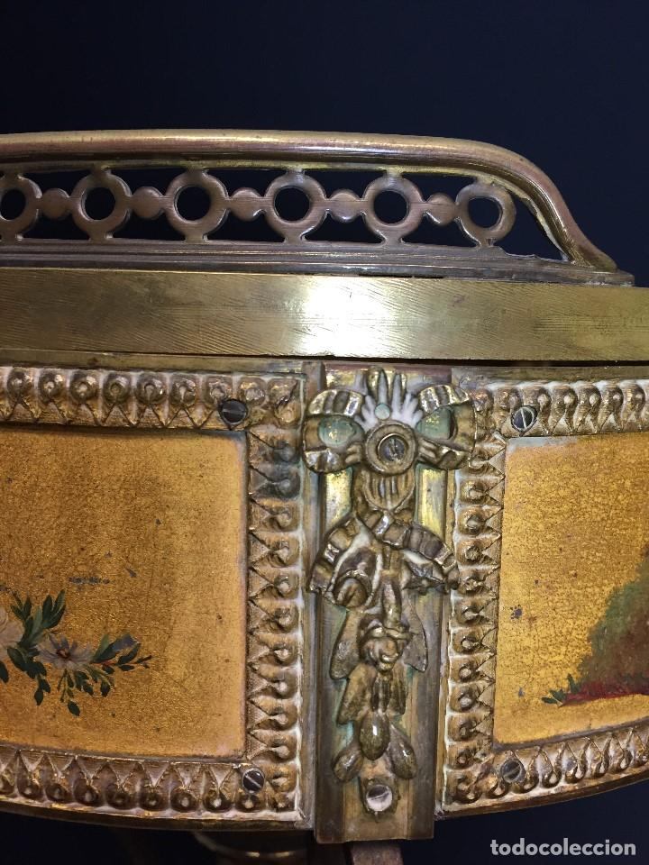 Antigüedades: Gueridón vitrina. Bronce policromado y sobredorado, Francia, época Napoleón III, siglo XIX. - Foto 6 - 195370835