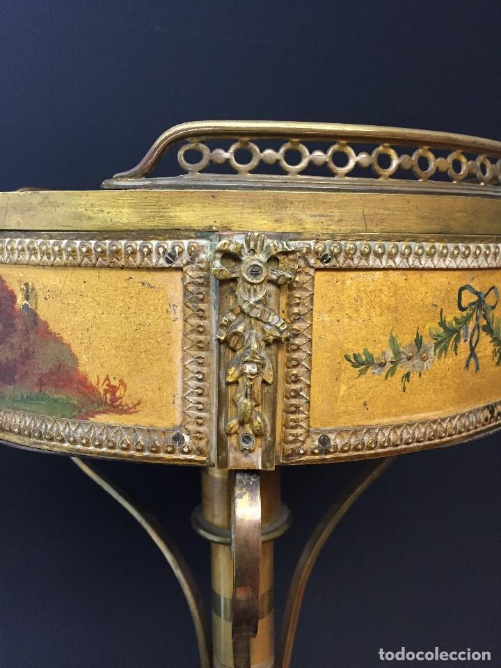 Antigüedades: Gueridón vitrina. Bronce policromado y sobredorado, Francia, época Napoleón III, siglo XIX. - Foto 8 - 195370835