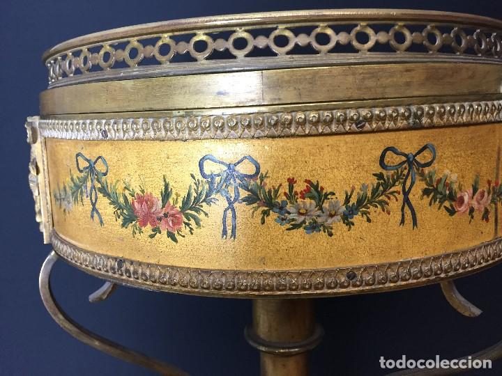 Antigüedades: Gueridón vitrina. Bronce policromado y sobredorado, Francia, época Napoleón III, siglo XIX. - Foto 9 - 195370835