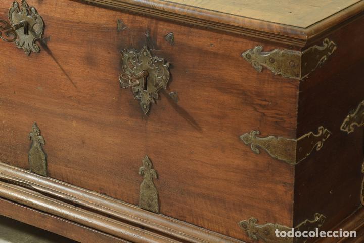 """Antigüedades: Arca """"de Ayuntamiento"""" en madera de nogal y herrajes en hierro forjado. Castilla, siglo XVII. - Foto 3 - 195377068"""