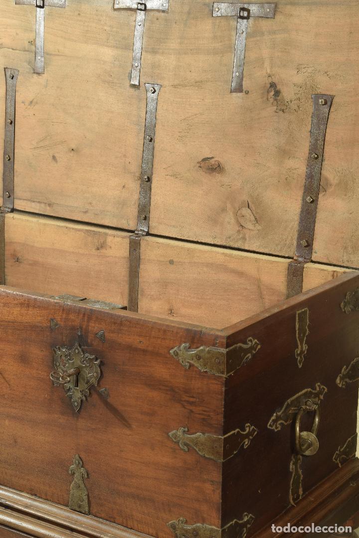 """Antigüedades: Arca """"de Ayuntamiento"""" en madera de nogal y herrajes en hierro forjado. Castilla, siglo XVII. - Foto 4 - 195377068"""