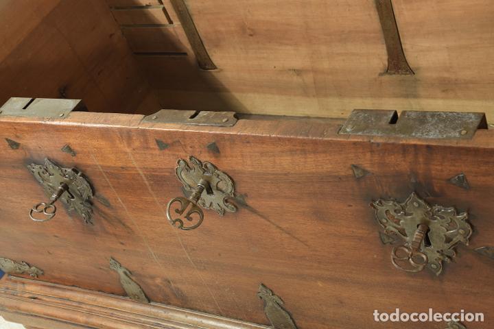 """Antigüedades: Arca """"de Ayuntamiento"""" en madera de nogal y herrajes en hierro forjado. Castilla, siglo XVII. - Foto 5 - 195377068"""