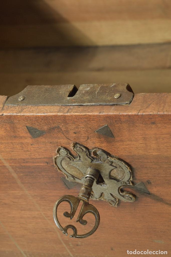 """Antigüedades: Arca """"de Ayuntamiento"""" en madera de nogal y herrajes en hierro forjado. Castilla, siglo XVII. - Foto 6 - 195377068"""