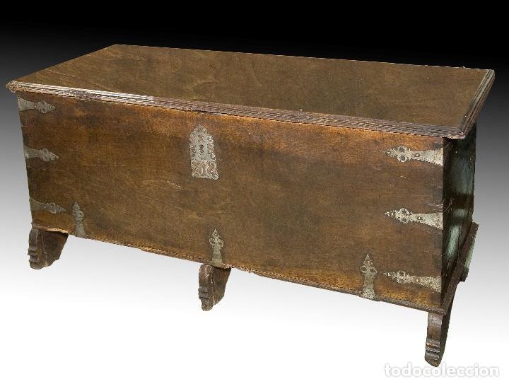 ARCA EN MADERA DE NOGAL CON HERRAJES EN HIERRO FORJADO. BARROCO, SIGLO XVII. (Antigüedades - Muebles Antiguos - Baúles Antiguos)
