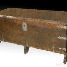 Antigüedades: ARCA EN MADERA DE NOGAL CON HERRAJES EN HIERRO FORJADO. BARROCO, SIGLO XVII. . Lote 195378746