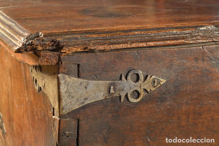 Antigüedades: Arca en madera de nogal con herrajes en hierro forjado. Barroco, siglo XVII. - Foto 3 - 195378746
