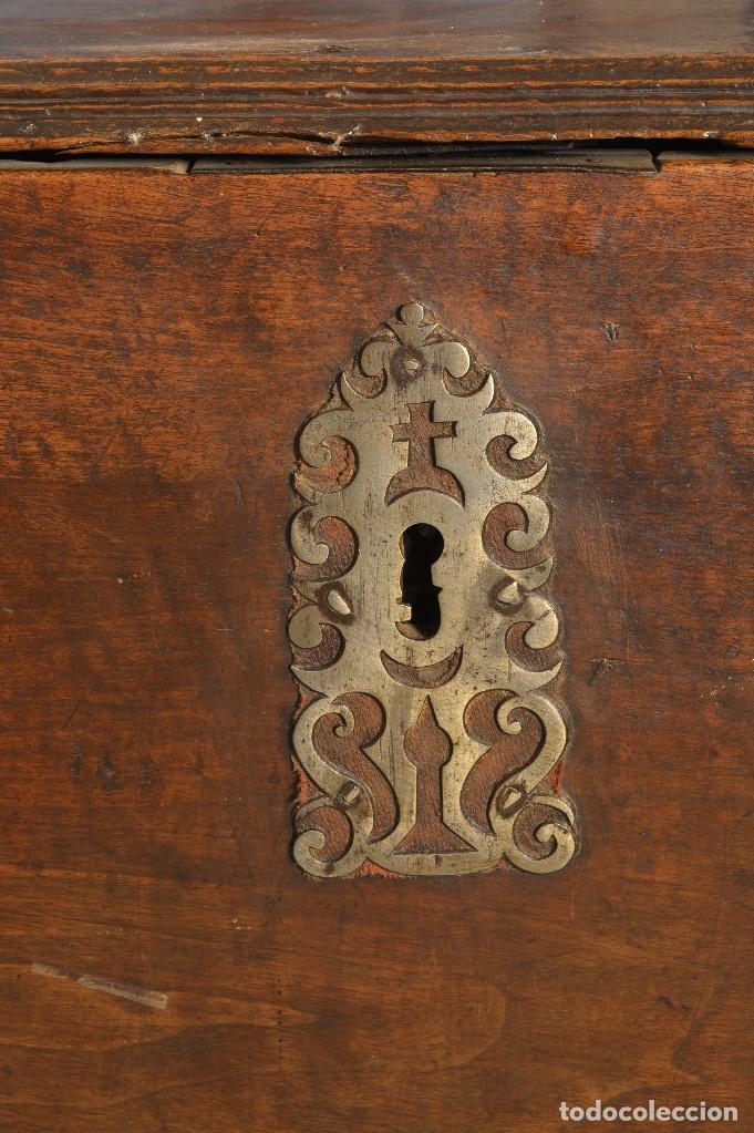 Antigüedades: Arca en madera de nogal con herrajes en hierro forjado. Barroco, siglo XVII. - Foto 4 - 195378746