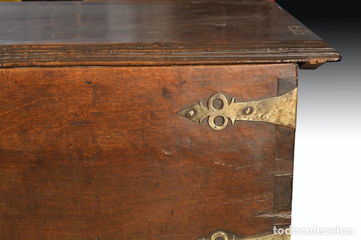 Antigüedades: Arca en madera de nogal con herrajes en hierro forjado. Barroco, siglo XVII. - Foto 5 - 195378746