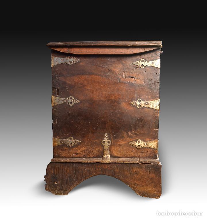 Antigüedades: Arca en madera de nogal con herrajes en hierro forjado. Barroco, siglo XVII. - Foto 6 - 195378746