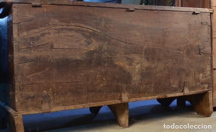Antigüedades: Arca en madera de nogal con herrajes en hierro forjado. Barroco, siglo XVII. - Foto 7 - 195378746