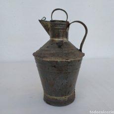 Antigüedades: VIEJA ACEITERA DE LATA.. Lote 195378810