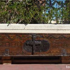 Antigüedades: ARCA CONVENTUAL S. XIX. DE NOGAL, POLICROMADA Y CON TRES LLAVES. Lote 195379896