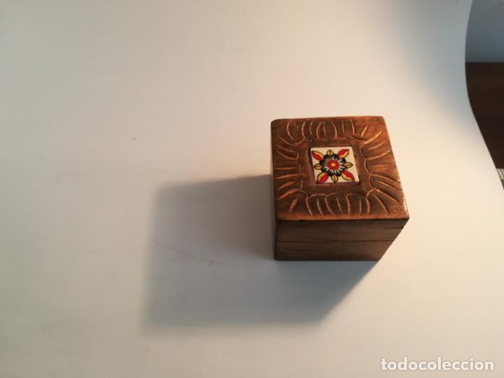 PEQUEÑA CAJITA DE MADERA CON AZULEJO (Antigüedades - Hogar y Decoración - Cajas Antiguas)