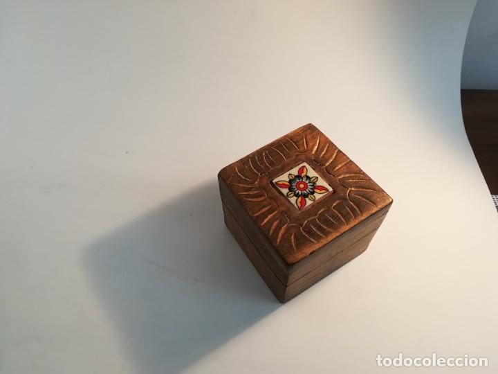 Antigüedades: Pequeña cajita de madera con azulejo - Foto 2 - 195383175