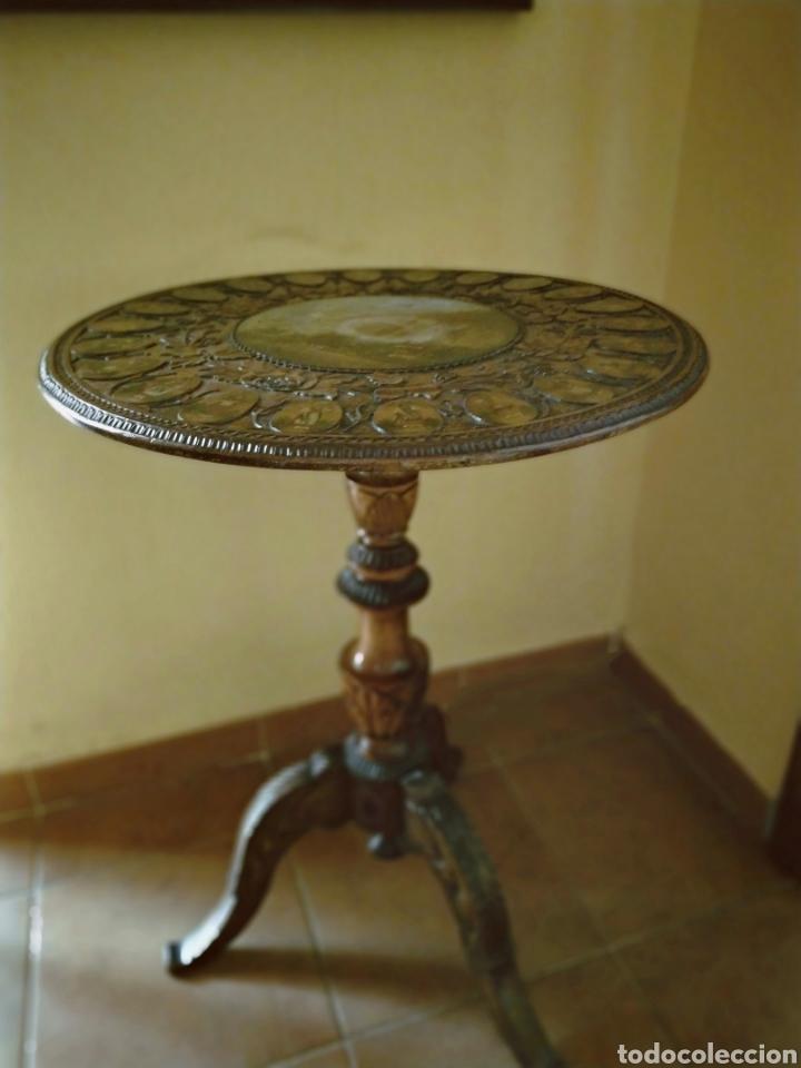 MESA VELADOR TALLADA PINTADA A MANO (Antigüedades - Muebles Antiguos - Mesas Antiguas)