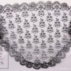 Oggetti Antichi: MANTILLA SEMICIRCULAR DE ENCAJE CHANTILLY NEGRO - MED. S. XX - MOTIVOS FLORALES - MED. 105 X 53 CM. Lote 195393555