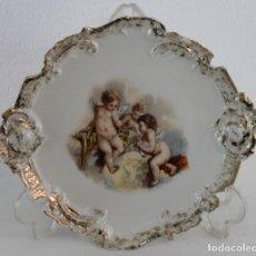 Antigüedades: PLATO EN PORCELANA FRANCESA ESMALTADO CON ANGELOTES Y RIBETE DORADO. MARCA R.F.-B - H.1920. Lote 195396056