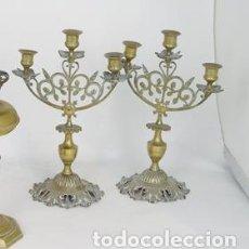 Antigüedades: PAREJA DE CANDELABROS EN METAL DORADO, MEDIADOS S. XX.. Lote 195399573