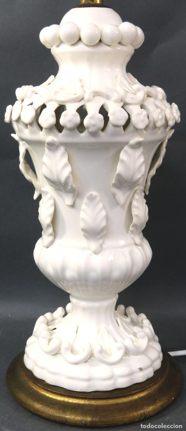 Antigüedades: Lámpara en cerámica esmaltada blanca Manises con relieves vegetales y base de madera dorada siglo XX - Foto 3 - 195400391