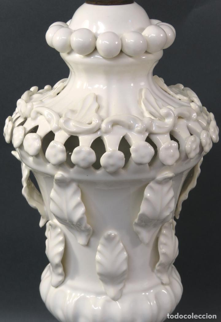 Antigüedades: Lámpara en cerámica esmaltada blanca Manises con relieves vegetales y base de madera dorada siglo XX - Foto 4 - 195400391