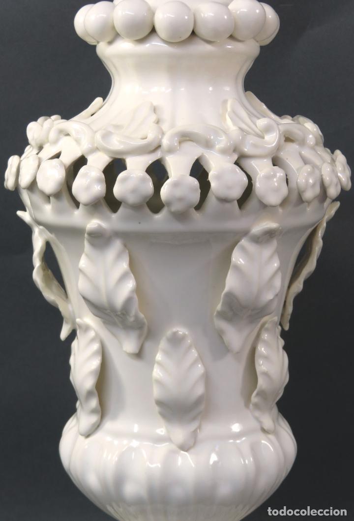 Antigüedades: Lámpara en cerámica esmaltada blanca Manises con relieves vegetales y base de madera dorada siglo XX - Foto 5 - 195400391