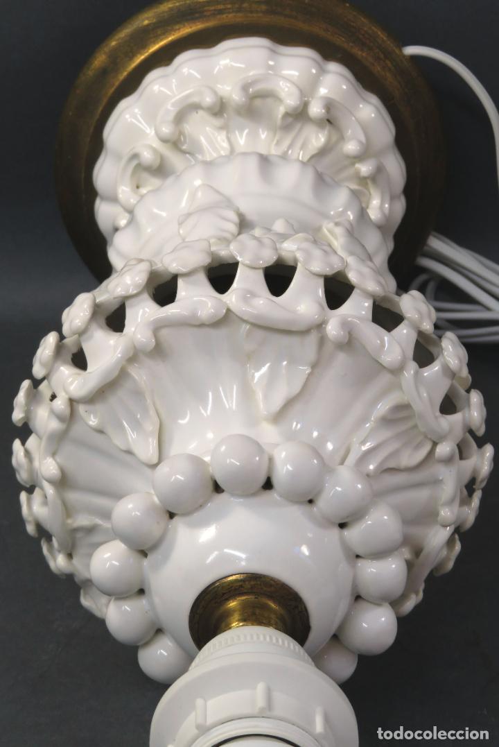Antigüedades: Lámpara en cerámica esmaltada blanca Manises con relieves vegetales y base de madera dorada siglo XX - Foto 8 - 195400391