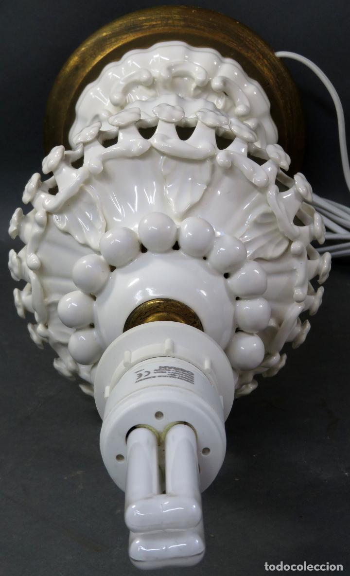 Antigüedades: Lámpara en cerámica esmaltada blanca Manises con relieves vegetales y base de madera dorada siglo XX - Foto 9 - 195400391
