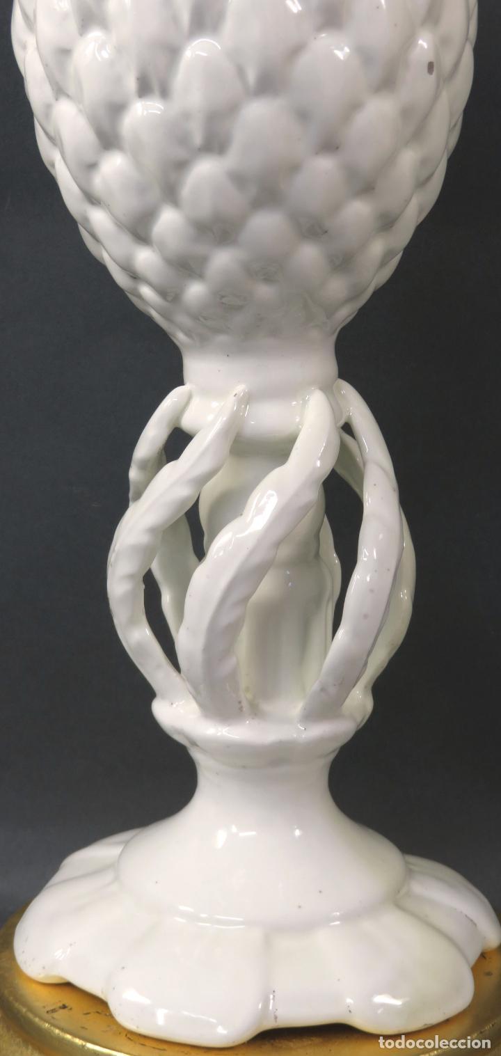 Antigüedades: Lámpara en cerámica esmaltada blanca Manises con forma de piña y base de madera dorada siglo XX - Foto 4 - 195401078