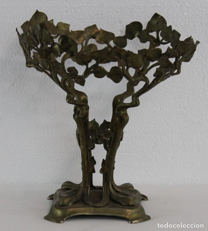 Antigüedades: CENTRO DE MESA ART NOUVEAU EN METAL DORADO CON DECORACIÓN VEGETAL - PRINCIPIOS DEL SIGLO XX - Foto 2 - 195405617