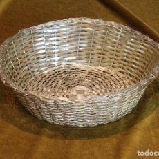 Antigüedades: CESTA PANERA DE METAL PLATEADO,IMITANDO EL TRENZADO DEL MIMBRE. Lote 195407028