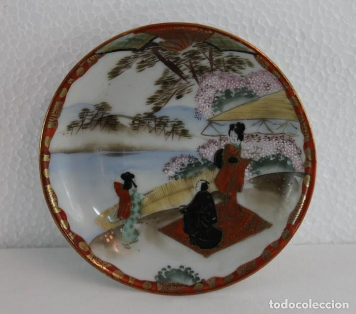 PEQUEÑO PLATO JAPONÉS PINTADO A MANO CON SELLO EN LA BASE - MEDIADOS SIGLO XX (Antigüedades - Porcelana y Cerámica - Japón)