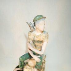 Antigüedades: MARINERO CON LORO AL HOMBRO EN PORCELANA ESMALTADA. INGLÉS. VALENCIA. . Lote 195414458
