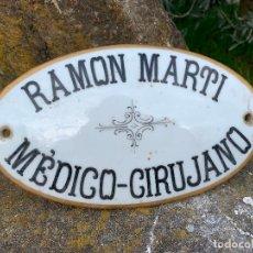 Antigüedades: EXCEPCIONAL PLACA, LETRERO, EN PORCELANA PINTADA A MANO - RAMON MARTI, MEDICO CIRUJANO - VER MEDIDAS. Lote 195423702